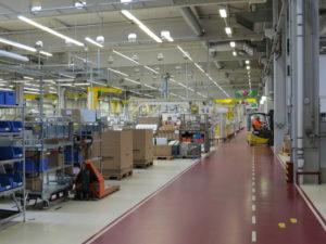 Blick in die Produktionshalle von Schneider Electric in Regensburg