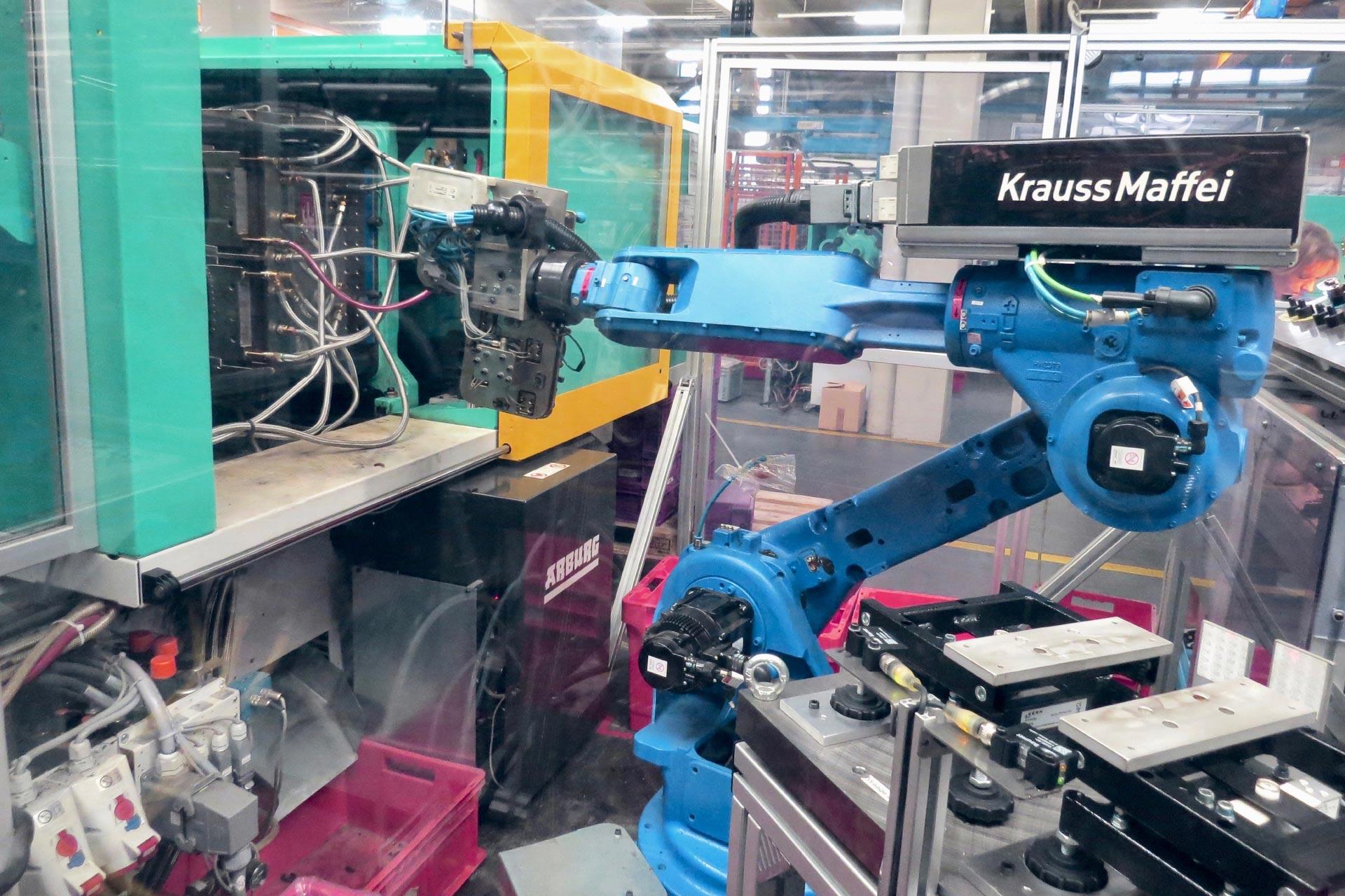 Roboter zwischen Spritzgussmaschine und Kontrollwaage